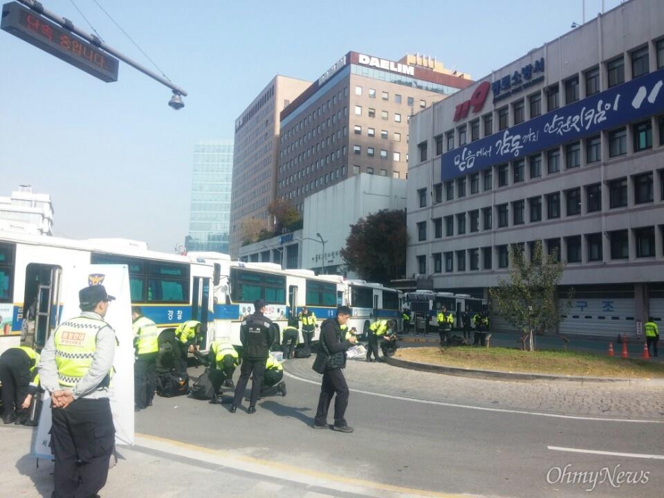 12일 오전 주한 미 대사관 주변 현장 상황. 경찰 차벽이 빼곡하게 들어섰다.