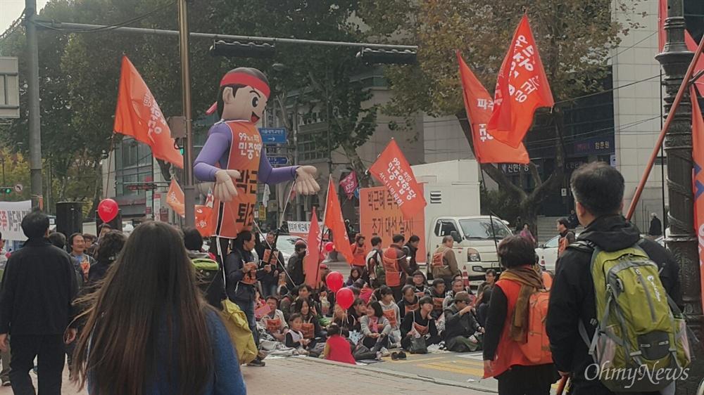 12일 낮 1시께 대학로 현재 상황. 부산·광주 등 지역에서 상경한 민중연합당 당원들이 집회를 열고 있다.