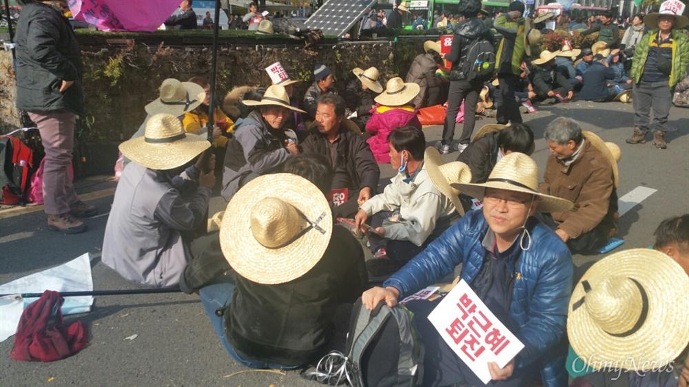 """12일 오전 남대문에서 농민대회가 열렸다. 집회에 참석한 농민들은 """"쌀값 대폭락, 박근혜는 퇴진하라""""라는 구호를 외치며 집회를 벌였다."""