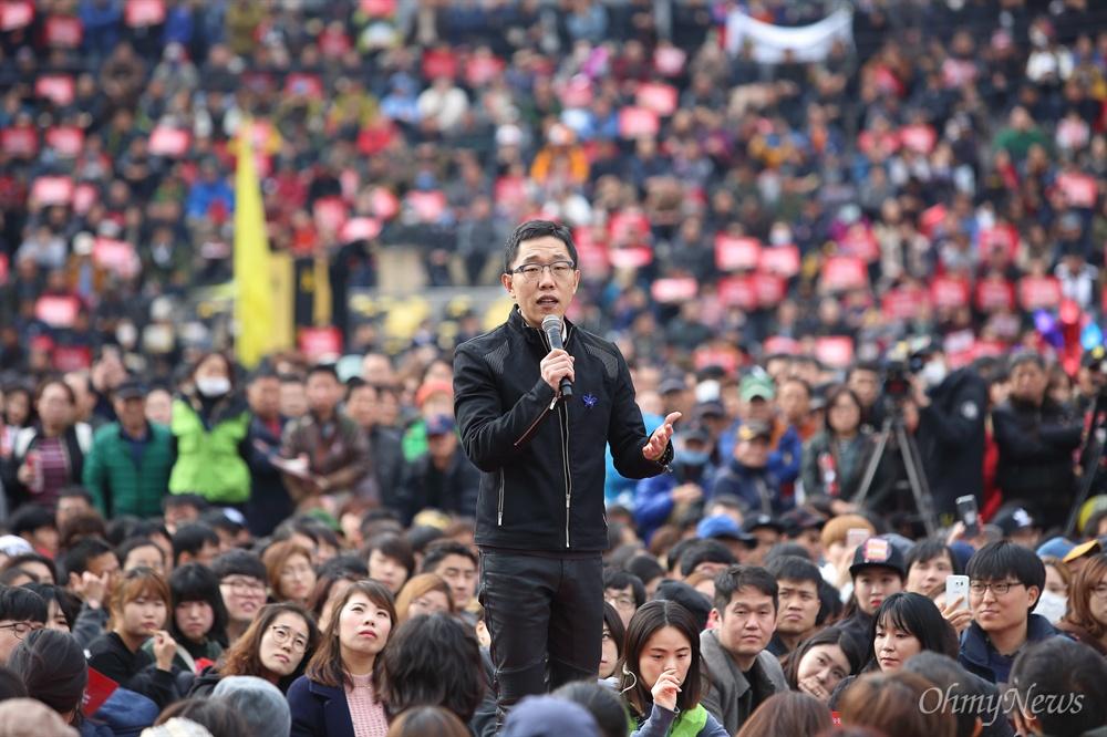 김제동, 청년들과 만민공동회 개최 민중총궐기 대회가 열리는 12일 오후 방송인 김제동씨가 광화문광장에서 만민공동회를 열고 있다.