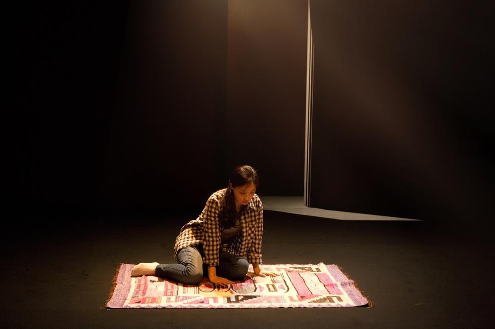 연극 <두 개의 방> 공연 사진 지난 10월 20일, 서울 예술의전당 자유소극장에서 막을 올린 연극 <두 개의 방>이 지난 13일 커튼을 닫았다. 연극 <두 개의 방>은 극작가 리 블레싱의 작품으로 1988년 미국 무대에서 처음 관객을 맞았다. 이번 2016 라이선스 버전이 국내 초연이다. 이 정치적인 연극은 30년 가까운 세월이 지났음에도 여전히 그 정치적인 메시지가 아프게 다가온다. 전수지·이승주·배해선·이태구 등.