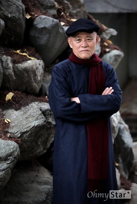 영화 <나의 살던 고향은>의 도올 김용옥 교수가 18일 오후 서울 동숭동 통나무출판사에서 인터뷰에 앞서 포즈를 취하고 있다.