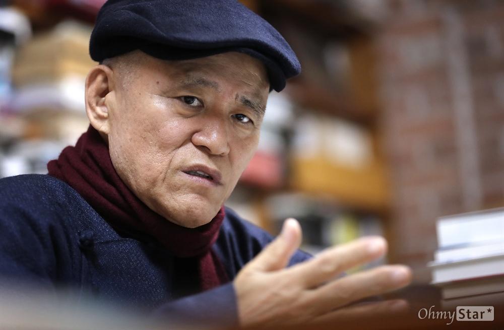 영화 <나의 살던 고향은>의 도올 김용옥 교수가 18일 오후 서울 동숭동 통나무출판사에서 인터뷰를 하고 있다.