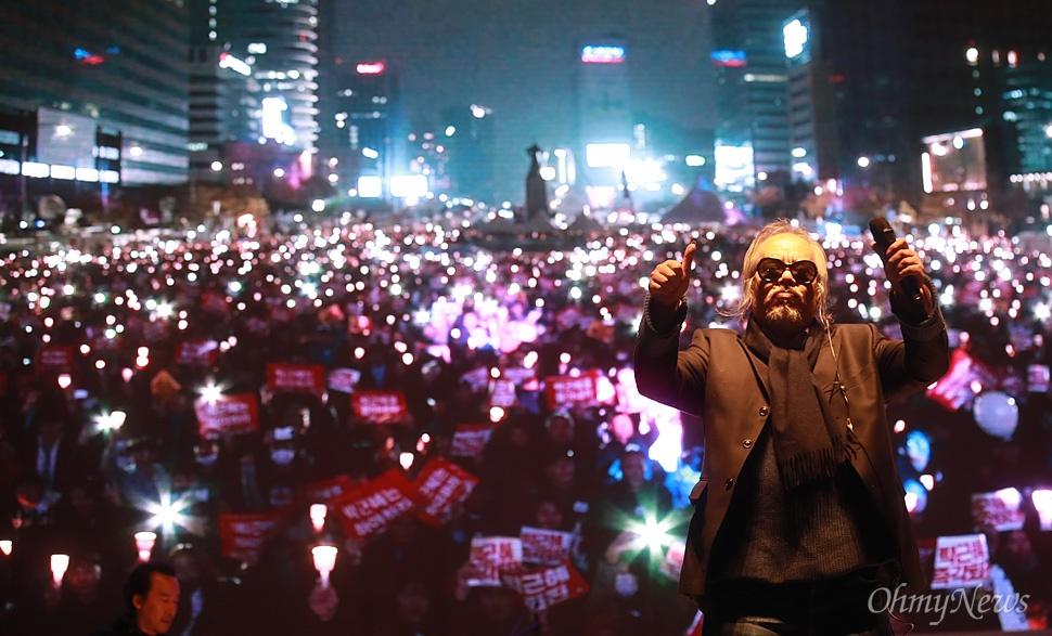 가수 전인권이 19일 종로구 광화문광장에서 열린 '광화문에서, 전국으로! 박근혜는 즉각 퇴진하라 전국동시다발 4차 박근혜 퇴진 범국민행동'에 참석해 노래 '행진'을 열창하고 있다.