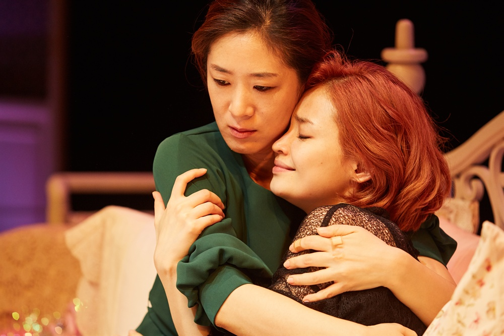 연극 <비(BEA)> 공연 사진 지난 11일, 서울 프로젝트박스 시야에서 개막한 연극 <비(BEA)>의 드레스 리허설 사진. 믹 고든의 원작 대본에 김광보 연출이 참여한 라이선스 작품이다. 정확한 병명은 알 수 없지만, 지난 8년간 몸을 마음대로 움직일 수 없어 침대에만 누워 있는 베아트리체. 신체는 꼼짝도 할 수 없지만, 그녀의 발랄한 정신은 언제나 활개치며 마음껏 수다를 떤다. 그랬던 그녀에게 새로운 간병인이 찾아오고, 베아트리체는 오랫동안 엄마에게 하고 싶었지만 직접 전달할 용기가 없었던 말을 꺼내려고 한다. 안락사에 관한 심도 있는 질문을 감성적으로 터치하며 관객에게 던지는 극. 전미도, 이창훈, 백지원 등. 오는 30일까지.