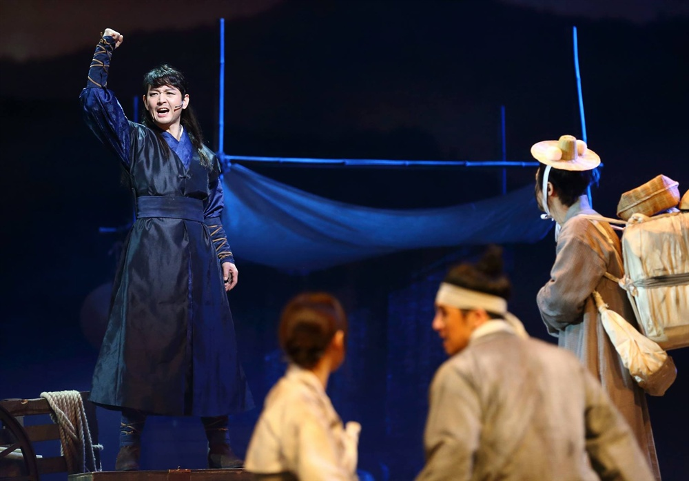 뮤지컬 <금강, 1894> 공연 사진 지난 1일, 경기도 성남아트센터 오페라하우스에서 개막한 뮤지컬 <금강, 1894>의 공연 사진. 뮤지컬 <금강, 1894>는 신동엽 시인의 서사시 '금강'을 원작으로 삼아 동학농민혁명 속 민중의 꿈과 사랑에 대해 노래한다. 오는 4일까지. 손호영·이건명·양준모·박지연·박호산 등.