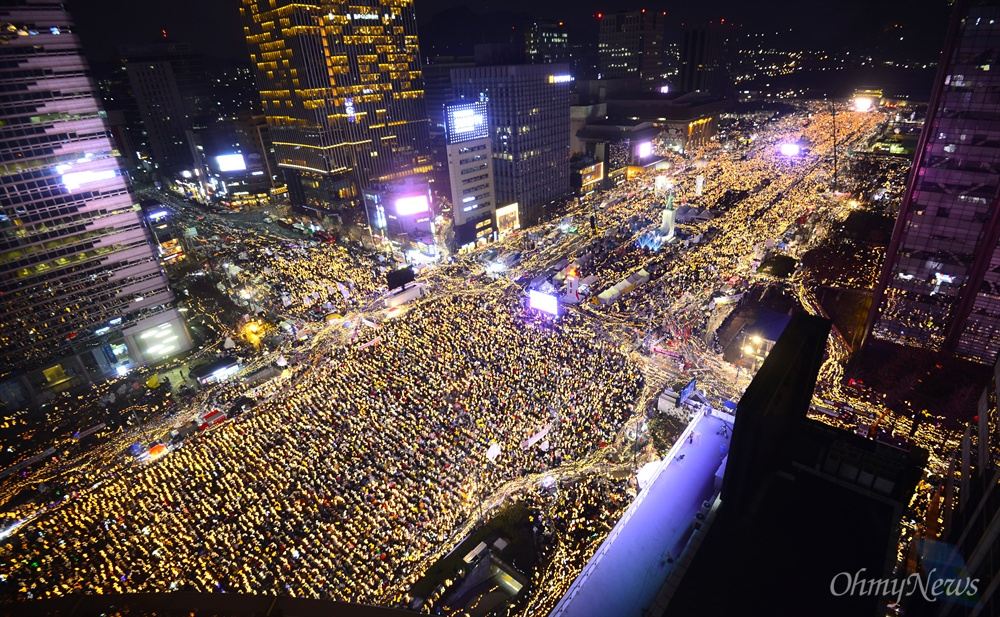 동아일보사 옥상에서 바라본 '박근혜즉각퇴진의날' 3일 오후 박근혜 대통령의 퇴진을 촉구하는 '촛불의 선전포고-박근혜 즉각 퇴진의 날 6차 범국민행동'이 서울 광화문 일대에서 열리고 있다.