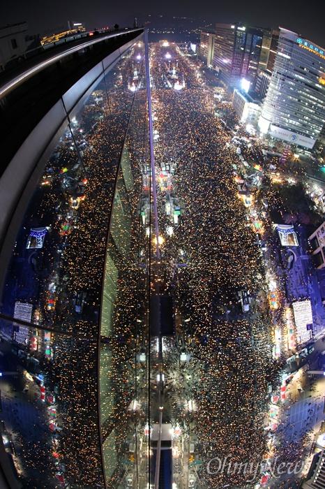 코리아나호텔 옥상에서 바라본 '박근혜즉각퇴진의날' 3일 오후 서울 광화문일대에서 열린 '촛불의 선전포고-박근혜 즉각 퇴진의 날 6차 범국민행동'에서 수많은 시민들이 '박근혜 퇴진'을 촉구하고 있다.