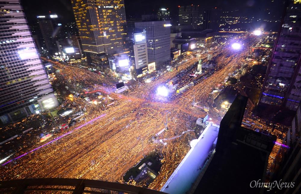 '박근혜 퇴진 위한 청와대 행진'  3일 오후 서울 광화문일대에서 열린 '촛불의 선전포고-박근혜 즉각 퇴진의 날 6차 범국민행동'에서 수많은 시민들이 청와대를 향해 행진하고 있다.