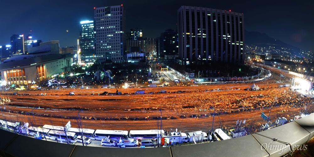 촛불의 바다 이루며 '박근혜 퇴진' 3일 오후 서울 광화문일대에서 열린 '촛불의 선전포고-박근혜 즉각 퇴진의 날 6차 범국민행동'에서 수많은 시민들이 청와대를 향해 행진하고 있다.