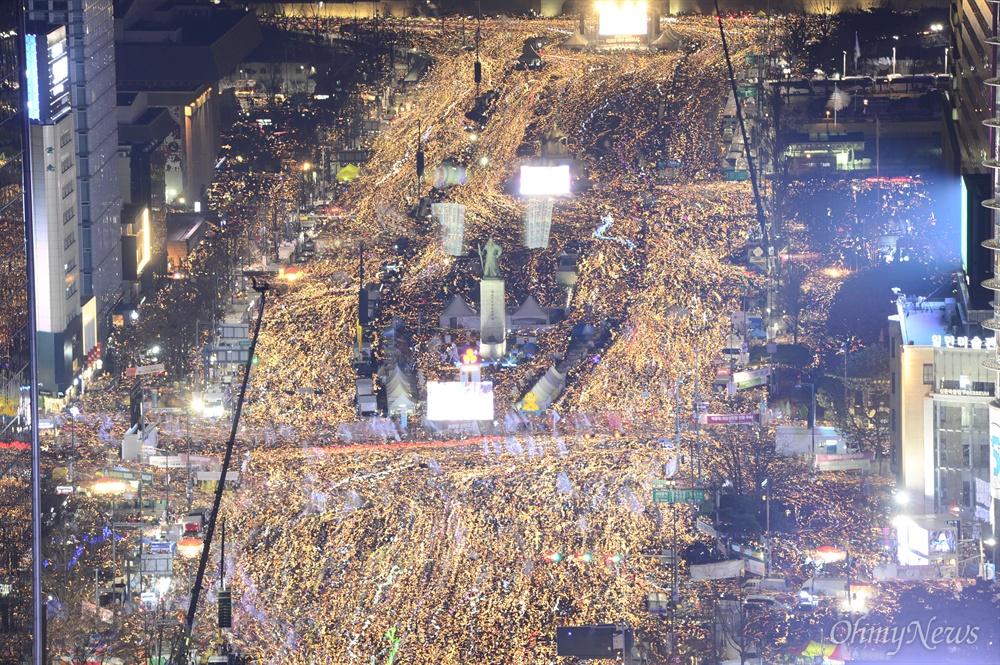 박근혜 즉각 퇴진하라! 3일 오후 서울 광화문일대에서 열린 '촛불의 선전포고-박근혜 즉각 퇴진의 날 6차 범국민행동'에서 수많은 시민들이 청와대를 향해 행진하고 있다.