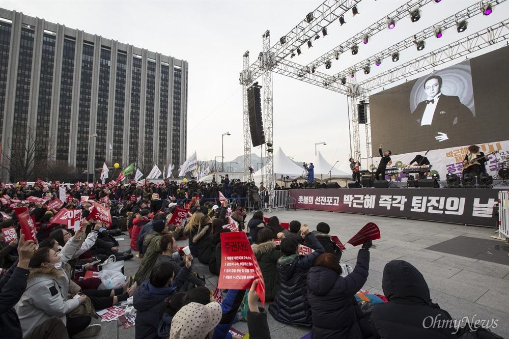 박근혜즉각퇴진 무대 오른 그룹 넥스트 고 신해철이 활동했던 그룹 넥스트가 3일 오후 광화문광장에서 열린 박근혜 즉각퇴진의 날 행사에서 공연하고 있다.