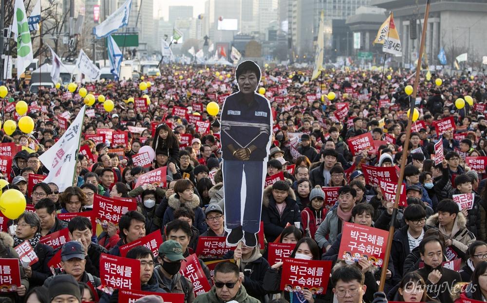 '즉각 퇴진' 요구하며 청와대 향하는 시민들 3일 오후 광화문광장에서 열린 '박근혜 즉각퇴진의 날' 집회에 참석한 시민들이 청와대를 향해 행진하고 있다.