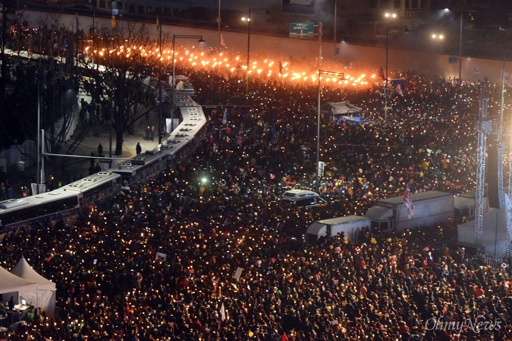 """횃불이 된 촛불, """"박근혜 물러나라!"""" 3일 오후 서울 광화문일대에서 열린 '촛불의 선전포고-박근혜 즉각 퇴진의 날 6차 범국민행동'에서 수많은 시민들이 횃불과 함께 청와대를 향해 행진하고 있다."""