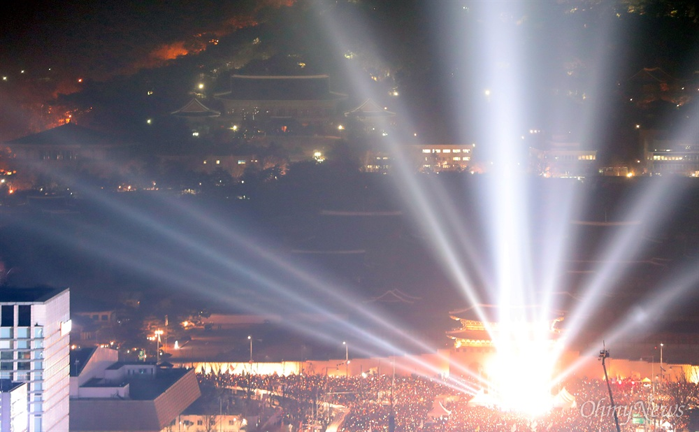 '박근혜 퇴진 촉구' 촛불의 바다와 적막한 청와대 '촛불의 선전포고-박근혜 즉각 퇴진의 날 6차 범국민행동'이 열린 3일 오후 촛불로 밝혀진 서울 광화문광장에서 뒤로 적막한 모습의 청와대가 보인다.