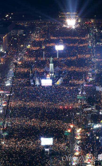 파도타는 촛불 '박근혜 퇴진 촉구'  3일 오후 서울 광화문일대에서 열린 '촛불의 선전포고-박근혜 즉각 퇴진의 날 6차 범국민행동'에서 수많은 시민들이 '박근혜 퇴진'을 촉구하며 촛불파도타기를 하고 있다.