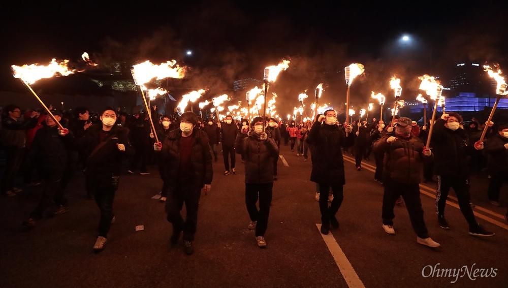 청와대로 향하는 횃불 3일 오후 광화문광장에서 열린 '박근혜 즉각퇴진의 날' 촛불집회에서 노동자들이 세월호참사 날짜(2014년 4월 16일)를 상징하는 416개의 횃불을 들고 청와대를 향해 행진하고 있다.