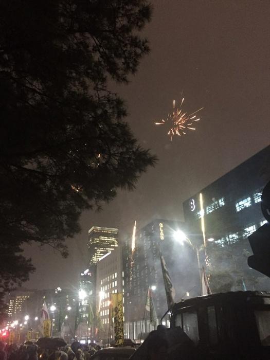 집회 참가자들이 쏘아올린 폭죽