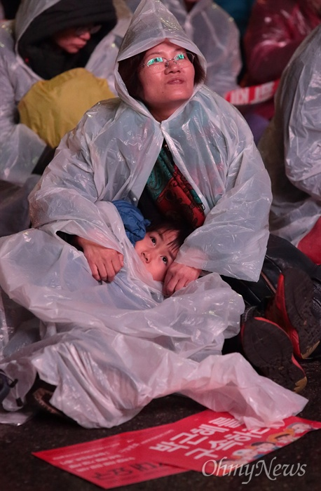 박근혜 탄핵 전야 촛불집회 박근혜 대통령 탄핵안처리 하루전인 8일 오후 여의도 국회앞에서 시민들 수천명이 탄핵안 처리를 요구하며 촛불집회를 열고 있다.