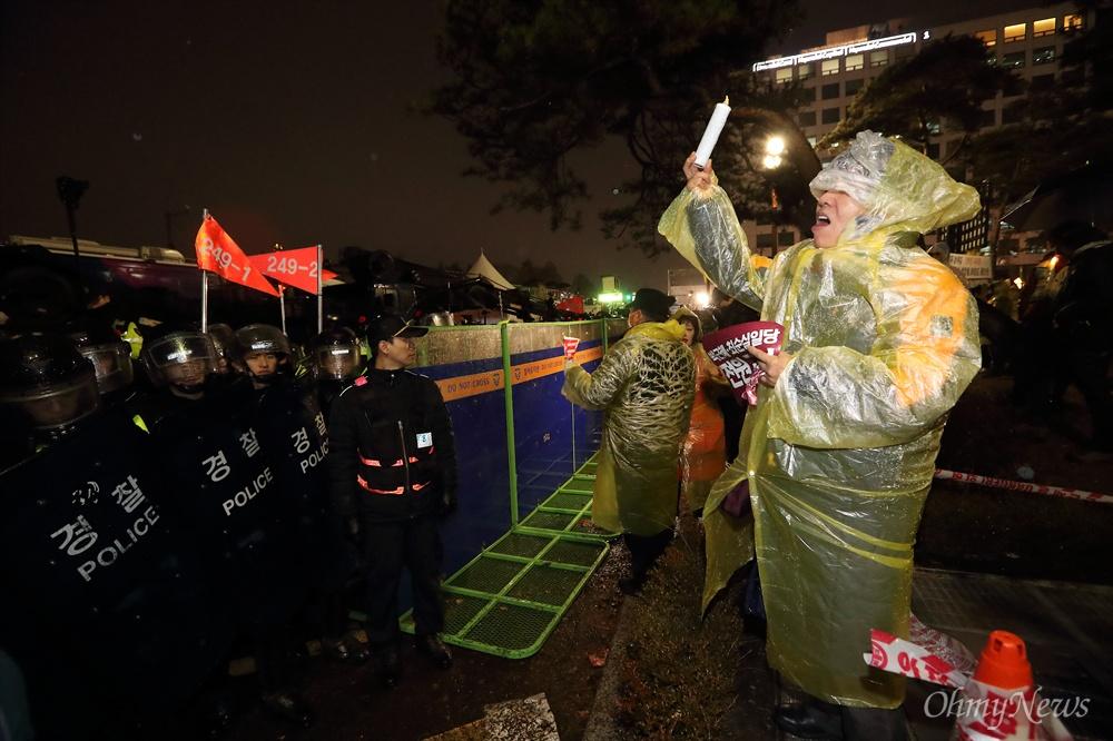경찰에 저지된 국회 에워싸기 박근혜 대통령 탄핵안처리 하루전인 8일 오후 탄핵안 처리를 요구하는 시민들의 국회 에워싸기 행사가 경찰의 저지로 무산되었다.