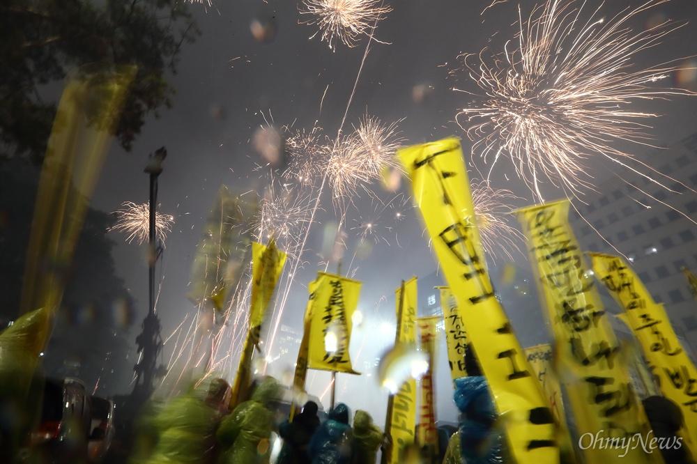 탄핵전야 '분노의 폭죽' 박근혜 대통령 탄핵안처리 하루전인 8일 오후 여의도 국회앞에서 시민들 수천명이 탄핵안 처리를 요구하며 '분노의  폭죽'을 터뜨리고 있다.