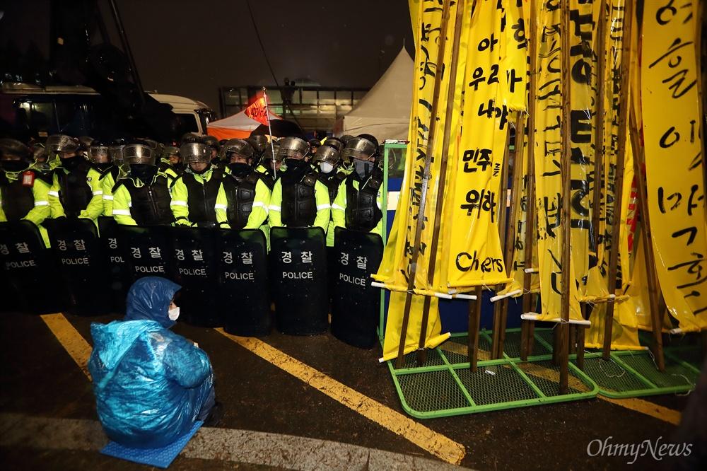 차벽에 막힌 국회 에워싸기 박근혜 대통령 탄핵안처리 하루전인 8일 오후 탄핵안 처리를 요구하는 시민들의 국회 에워싸기 행사가 경찰의 저지로 무산되었다. 시민들이 들고온 만장이 바리케이드에 놓여 있다.