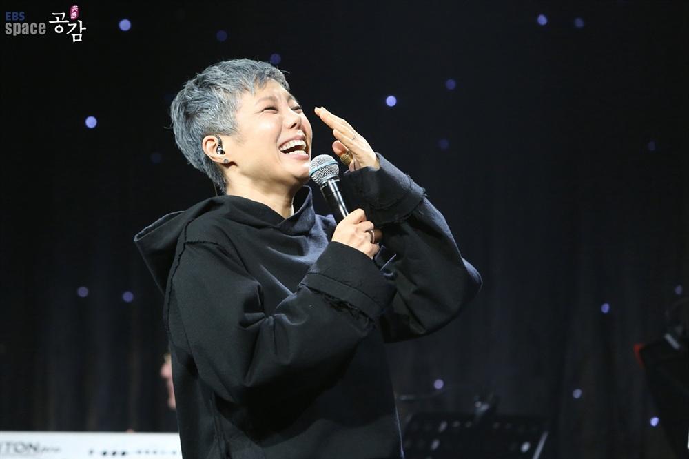 이은미 이은미는 1988년 클럽에서 노래를 시작했고, 1992년 1집 앨범 <기억속으로>를 발표하고 꾸준히 무대에 섰다.
