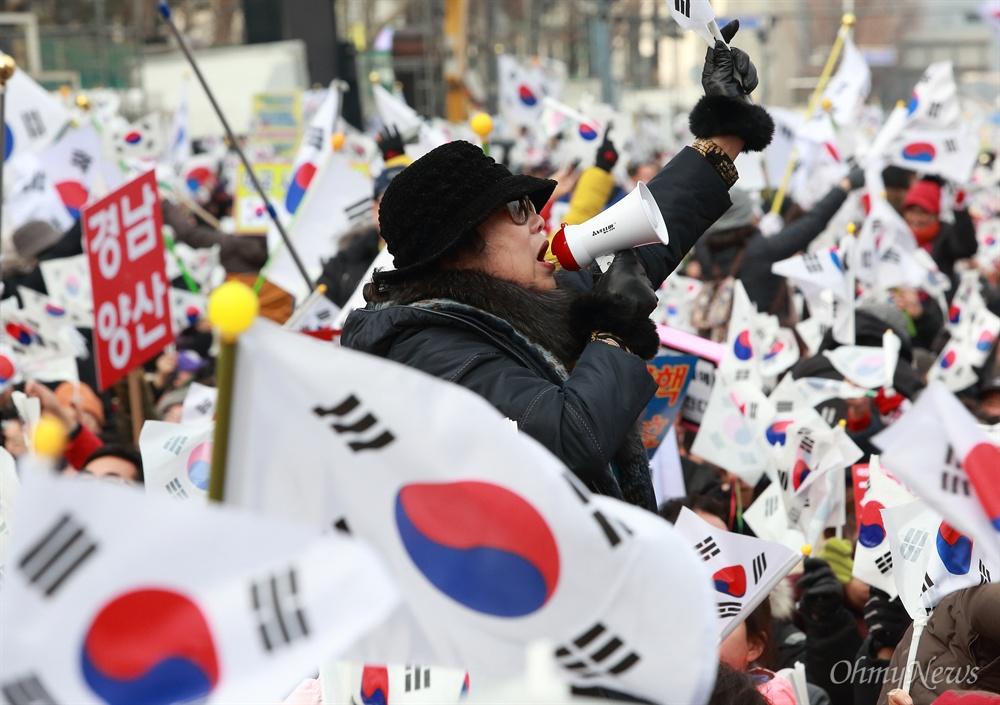 '탄핵반대' 태극기 시위 31일 오후 서울 덕수궁 대한문앞에서 박사모 등 박근혜 대통령 지지자들이 모인 탄기국(대통령탄핵기각을 위한 국민총궐기운동본부) 주최로 탄핵 반대 집회가 열리고 있다.