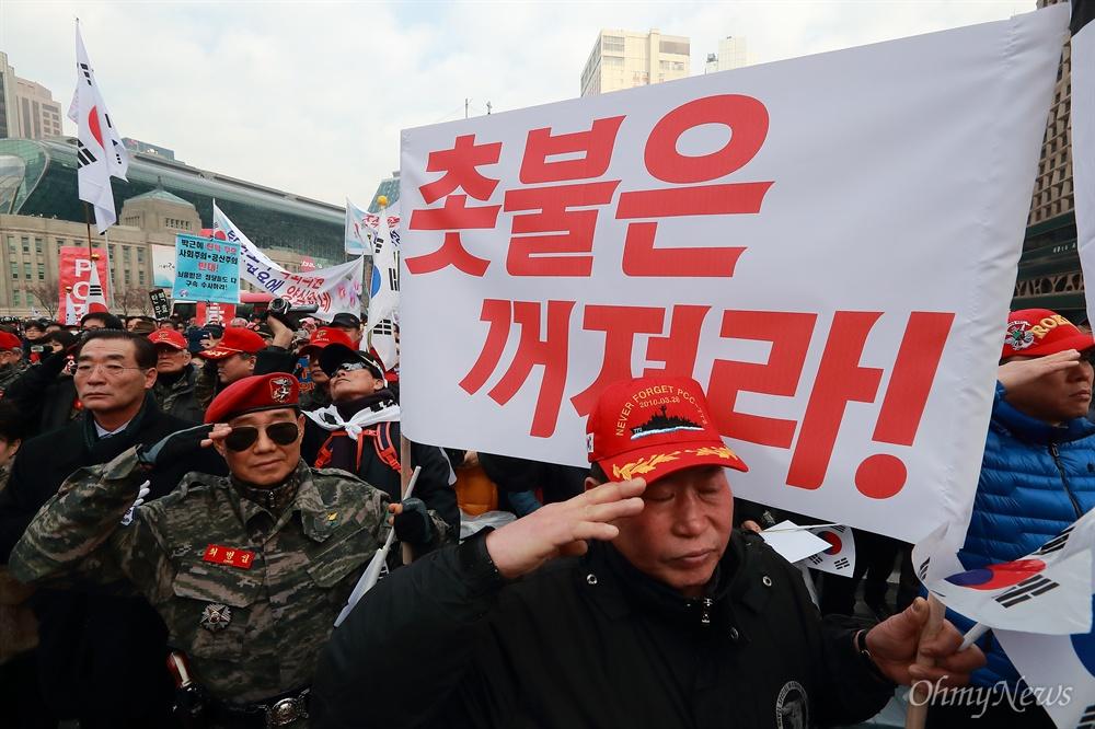 '맞불집회' 개최한 박근혜 지지자들 31일 오후 서울 덕수궁 대한문앞에서 박사모 등 박근혜 대통령 지지자들이 모인 탄기국(대통령탄핵기각을 위한 국민총궐기운동본부) 주최로 탄핵 반대 집회가 열리고 있다.