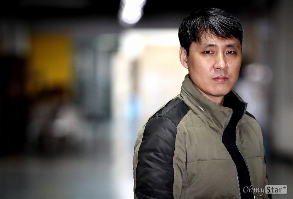 다큐멘터리 <7년-그들이 없는 언론>의 김진혁 피디가 4일 오후 서울 석관동 한국예술종합학교에서 인터뷰에 앞서 포즈를 취하고 있다.