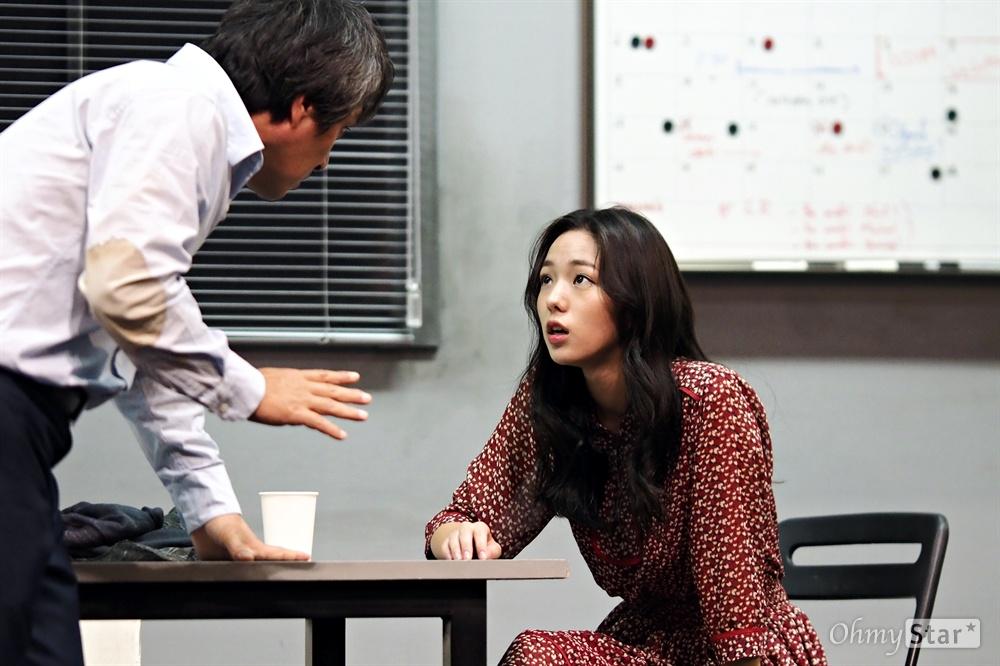 연극 <블랙버드> 공연 사진 지난 2016년 10월 19일, 서울 대학로 대명문화공장 1관 비발디파크홀에서 연극 <블랙버드>의 프레스콜이 진행됐다. 8년만에 돌아온 이 작품은 15년 전, 12살의 우나와 그를 성폭행했던 40살의 레이(피터)의 이야기를 다뤘다. 27살과 55살이 되어 다시 만난 그들은 당시의 기억을 꿰맞추면서 각자의 진실을 주장한다. 10월 13일 개막하여 11월 20일 폐막했다.