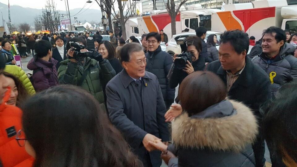 7일 세종문화회관 앞에서 촛불시민들의 환호에 반갑게 악수하는 문재인 더불어민주당 전 대표