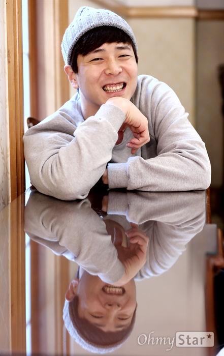 뮤지컬 배우 홍우진이 5일 오후 서울 삼성동의 한 공연장에서 인터뷰에 앞서 포즈를 취하고 있다.