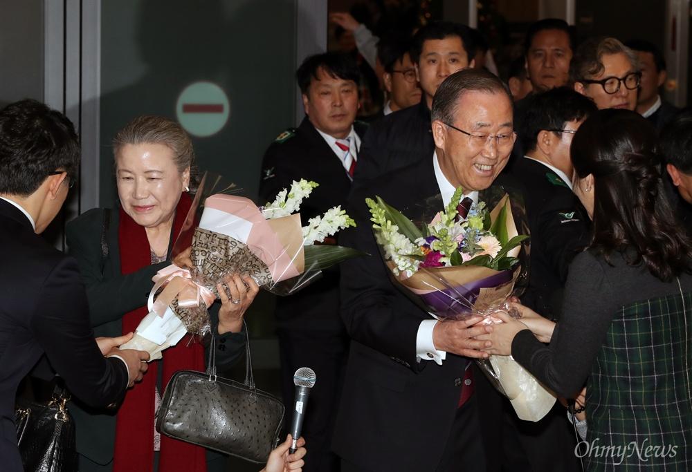 꽃다발 받는 반기문 총장 반기문 전 유엔 사무총장과 부인 유순택씨가 12일 오후 인천국제공항에 도착해 환영 꽃다발을 받고 있다.