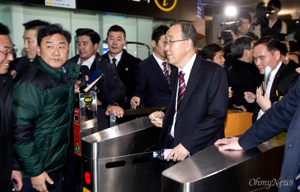 공항철도 타기 위해 이동하는 반기문 반기문 전 UN 사무총장이 귀국한 12일 인천국제공항에서 반 전 총장이 공항철도를 타기 위해 이동하고 있다.