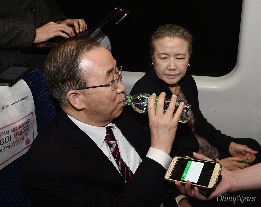 물 마시는 반기문  반기문 전 유엔 사무총장이 12일 인천국제공항에서 공항철도를 타고 서울역으로 이동하며 물을 마시고 있다.