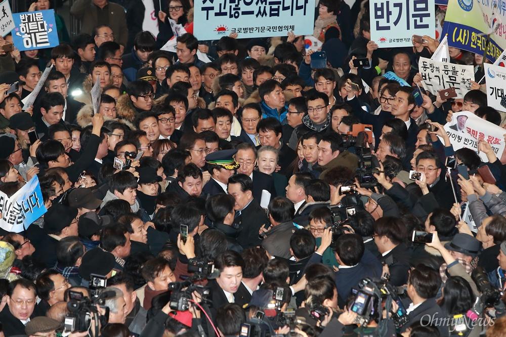 서울역 도착한 반기문 전 총장 반기문 전 유엔사무총장 부부가 12일 오후 인천공항을 통해 귀국한 후 공항철도를 이용해 서울역 대합실에 도착해 시민들에게 인사하고 있다. 경호원, 지지자, 기자들이 반 전 총장 부부를 에워싸고 있다.