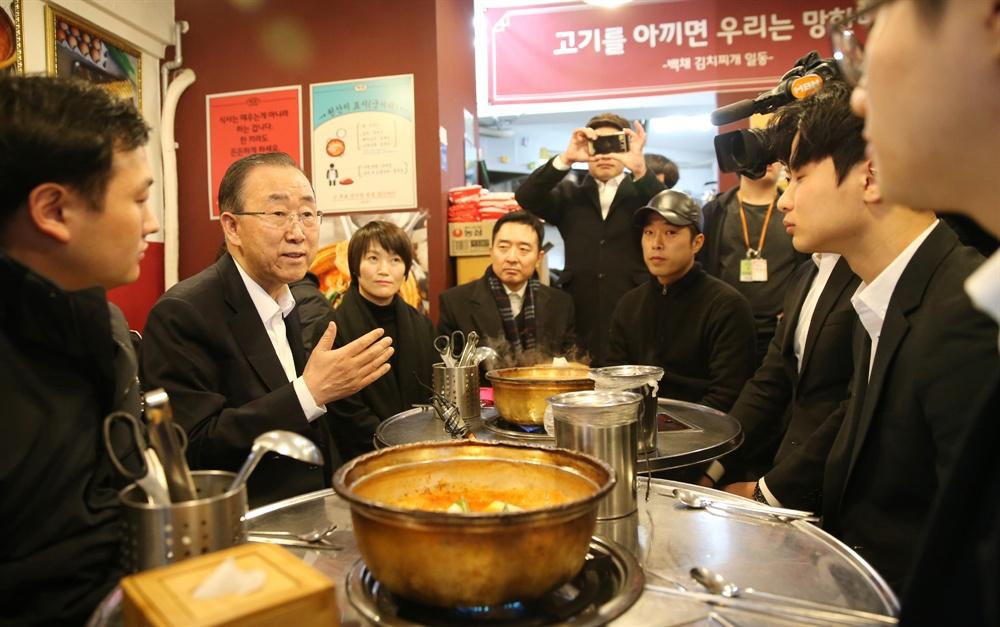 반기문 전 유엔 사무총장이 지난 13일 오후 서울 동작구 사당동의 한 김치찌개 음식점에서 대학생·워킹맘·창업자 등 청년들과 점심식사를 하며 대화를 나누고 있다.