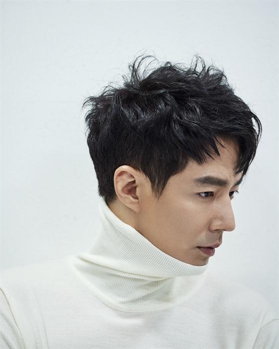 영화 <더 킹>에서 박태수 검사 역을 맡은 조인성.