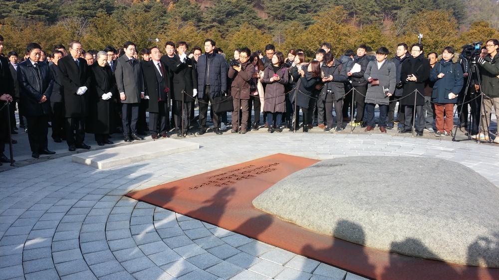 17일 아침, 봉하마을 노무현 전 대통령 묘역을 참배하고 있는 반기문 전 유엔 사무총장.