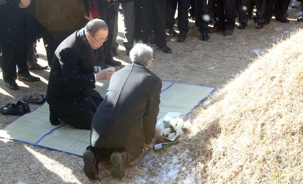 반기문 전 유엔사무총장이 부인 유순택 여사와 함께 지난 14일 고향인 충북 음성군 원남면 상당리 행치마을을 방문, 선친 묘소에 무릎을 꿇은 채 성묘하고 있다.