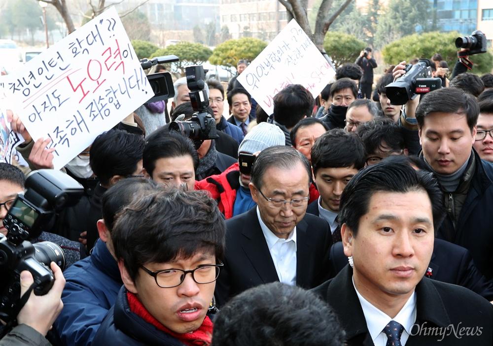 항의받으며 강연장 들어서는 반기문 반기문 전 유엔 사무총장이 18일 오전 광주 조선대 강연장에 들어서며 학생들의 거센 항의를 받고 있다.