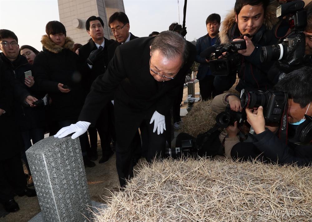 윤상원 열사 묘소 찾은 반기문 반기문 전 유엔 사무총장이 18일 오전 광주 북구 국립5·18민주묘지를 찾아 윤상원 열사의 묘소를 둘러보고 있다.