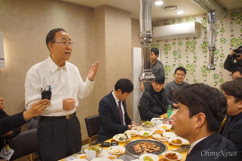 반기문 전 유엔 사무총장이 18일 오후 대구시 서구 한 식당에서 청년들과 대화를 하고 있다.