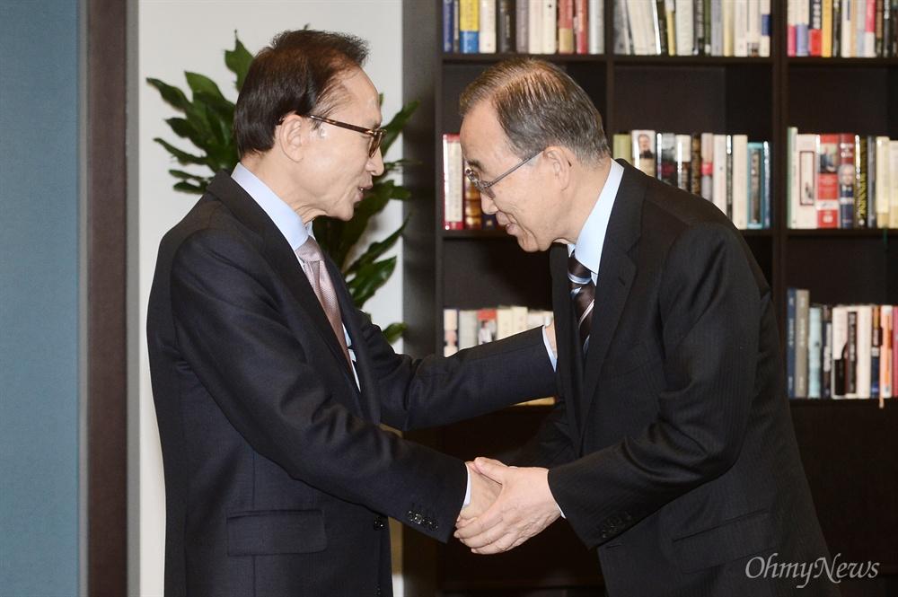 이명박 전 대통령과 반기문 전 UN 사무총장이 19일 오후 서울 강남구의 이 전 대통령 사무실에서 만나 악수를 나누고 있다.
