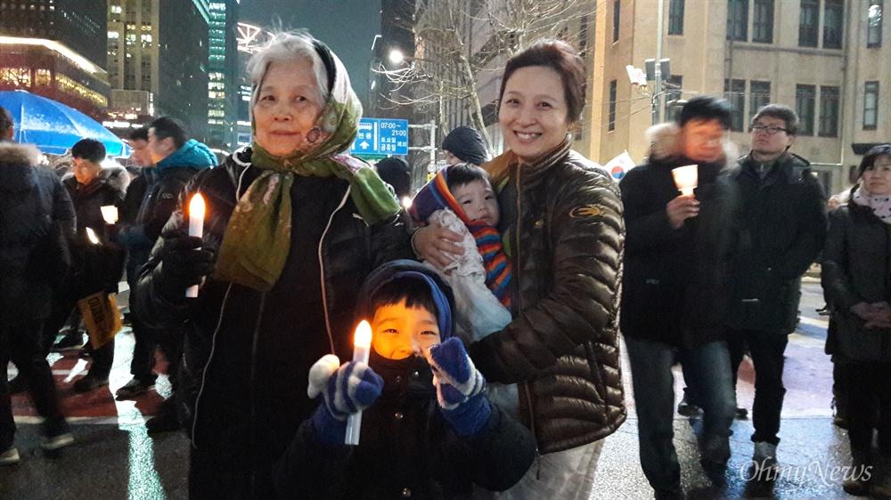 친정엄마, 자녀들과 함께 21일 오후 서울 광화문에서 열린 13번째 촛불집회에 참석한 서동희씨.