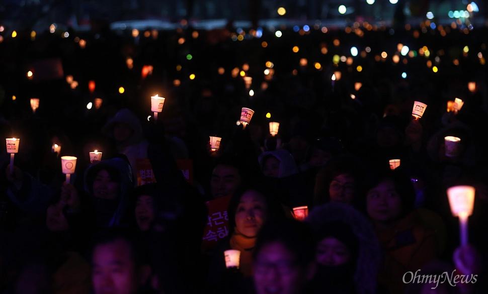 박근혜 퇴진 13차 촛불집회 '어둠은 빛을 이길 수 없다'  21일 오후 서울 종로구 광화문광장에서 열린 '내려와 박근혜 바꾸자 헬조선 설맞이 촛불-13차 범국민행동의 날'에 참석한 시민들이 박 대통령의 즉각 퇴진을 촉구하며 촛불을 들어보이고 있다.
