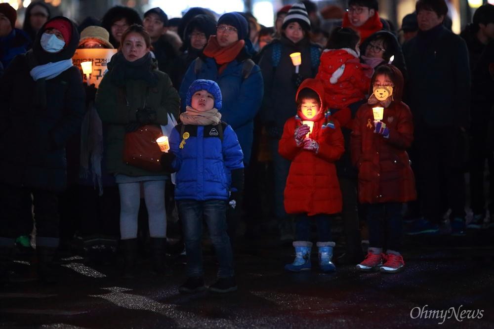 13차 촛불집회 참여한 시민들 '박근혜 즉각퇴진 및 조기탄핵 제13차 범국민행동의 날'인 21일 오후 광화문광장에서 시민들이 촛불을 들고 집회에 참여하고 있다.