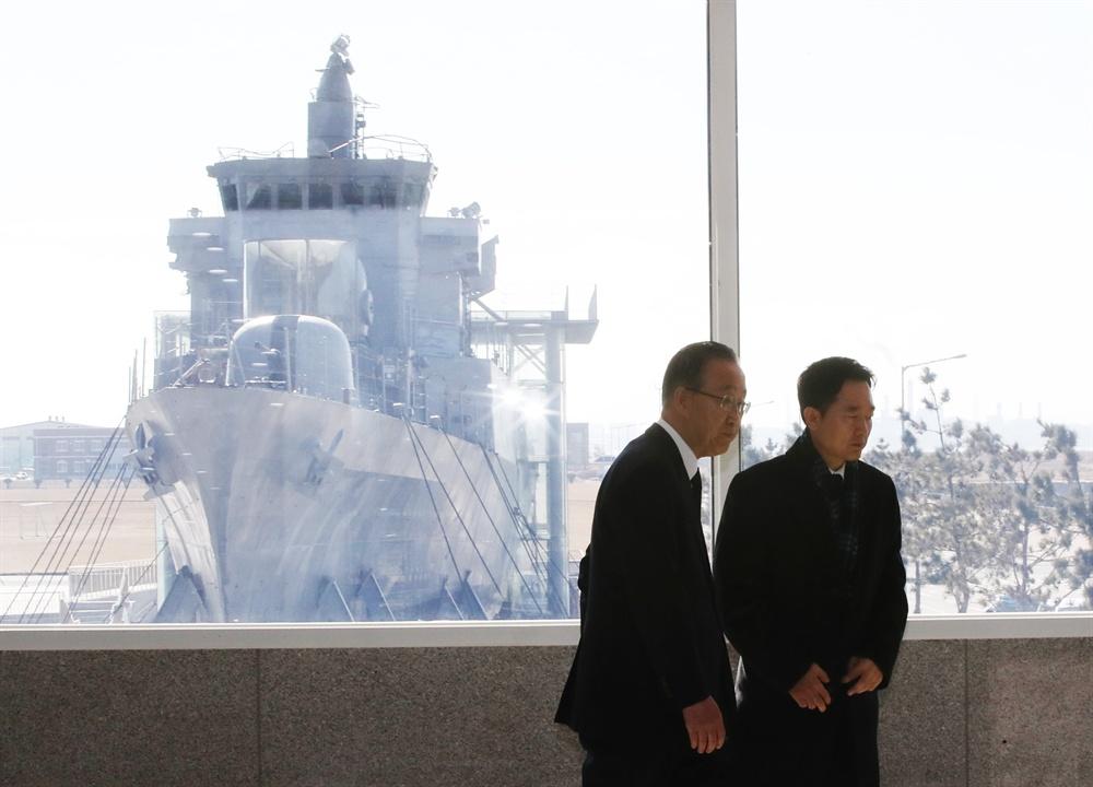 반기문 전 유엔(UN) 사무총장(왼쪽)이 15일 경기도 평택시 해군 2함대를 방문해 천안함 등을 둘러보고 기자회견을 하기에 앞서 이도운 대변인과 대화를 나누고 이동하고 있다.