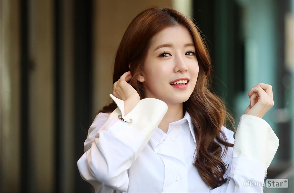 KBS 2TV 드라마 <맨몸의 소방관>에서 한진아 역의 배우 정인선이 25일 오전 서울 서교동의 한 카페에서 인터뷰에 앞서 포즈를 취하고 있다.